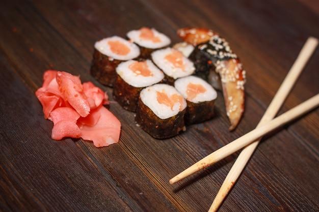 Sushi rolt op houten bord bovenaanzicht