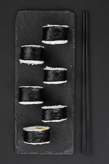 Sushi rolt op leisteen plaat