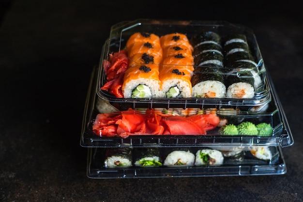 Sushi rolt zalm vis vliegende vis kuit groenten