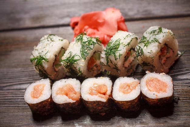 Sushi set eetstokjes maaltijd japans eten delicatesse