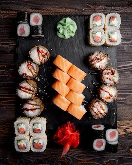 Sushi set geserveerd met gember en wasabi