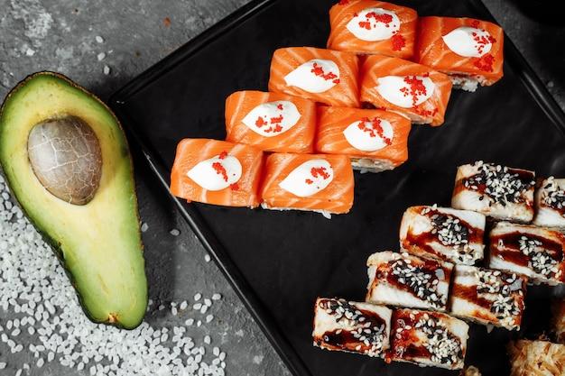 Sushi set met verse ingrediënten op grijze achtergrond. sushimenu. japans eten