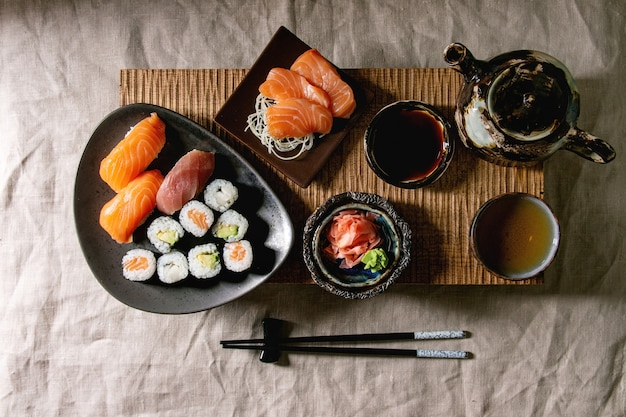 Sushi set nigiri en sushi rollen