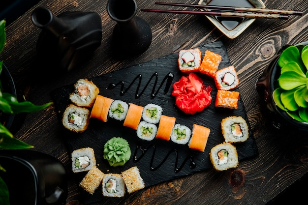 Sushi set philadelphia krab maki californië cappa maki gember wasabi bovenaanzicht