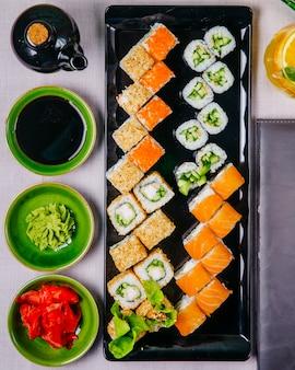 Sushi set philadelphia krab maki kappa maki gember sojasaus wasabi bovenaanzicht