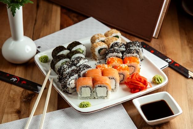 Sushi set philadelphia rol met roomkaas en zalm california rol met krabvlees en tobiko kaviaar kappa maki