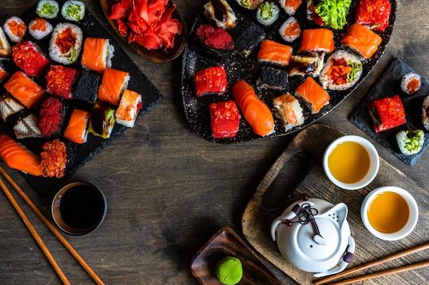 Sushi set sashimi en sushibroodjes geserveerd op stenen leisteen