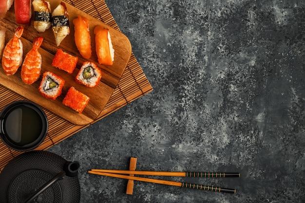 Sushi set: sushi en sushi rolt op houten plaat, bovenaanzicht.