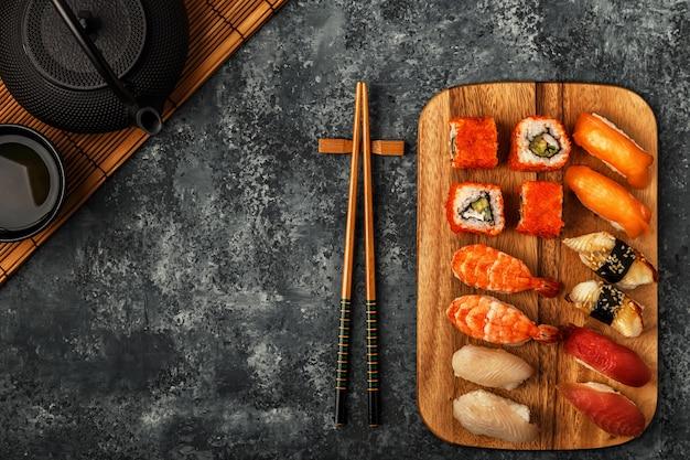 Sushi set: sushi en sushi rolt op houten plaat.
