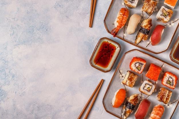 Sushi set: sushi en sushibroodjes op plaat