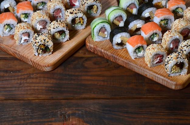 Sushi set van een aantal rollen bevindt zich op een houten snijden