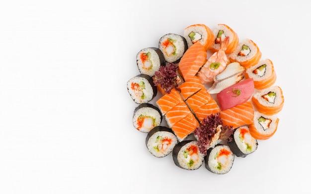 Sushi set van verschillende rollen bovenaanzicht