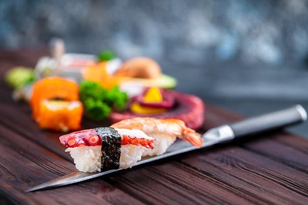 Sushi set. verschillende sashimi, sushi en broodjes met octopus