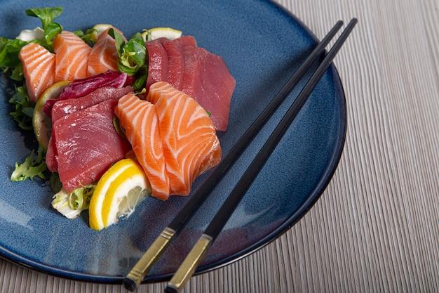 Sushi, traditionele japanse keuken. diverse heerlijke sashimi op het versierde bord