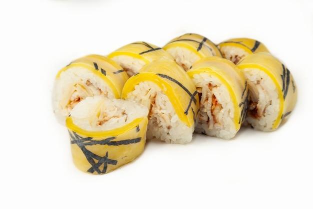 Sushibroodje in rijstpapier met paling op een witte achtergrond