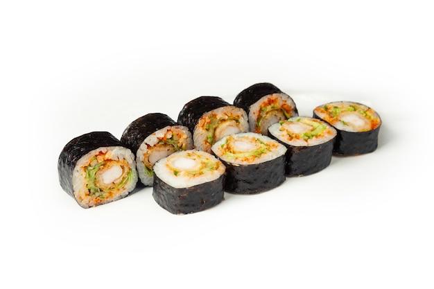 Sushibroodje met gebakken garnalen en kaviaar op een witte plaat