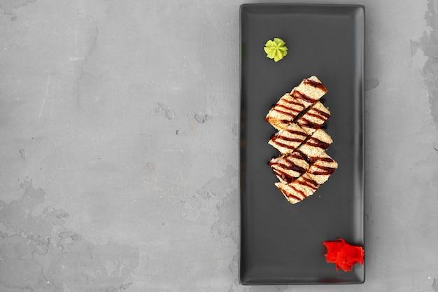 Sushibroodje met sesam dat op grijze lijst wordt gediend
