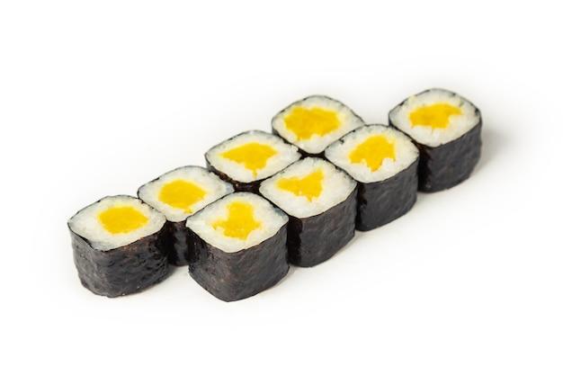 Sushibroodje met takuan op een witte plaat