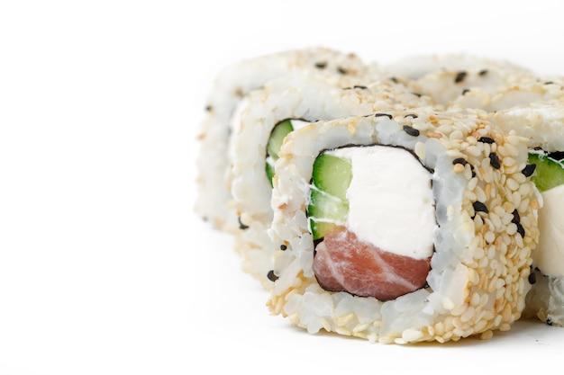 Sushibroodje met tonijn en sesam op wit wordt geïsoleerd dat