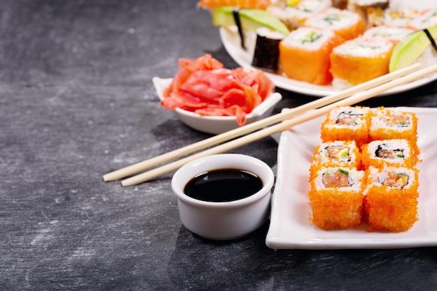 Sushibroodjes die op een donkere achtergrond worden geplaatst