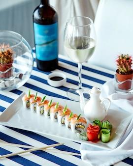 Sushibroodjes met glas witte wijn