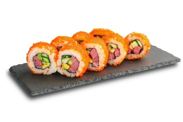 Sushibroodjes met tonijn, avocado, vliegende vissenkaviaar en komkommer binnen geïsoleerd op wit.