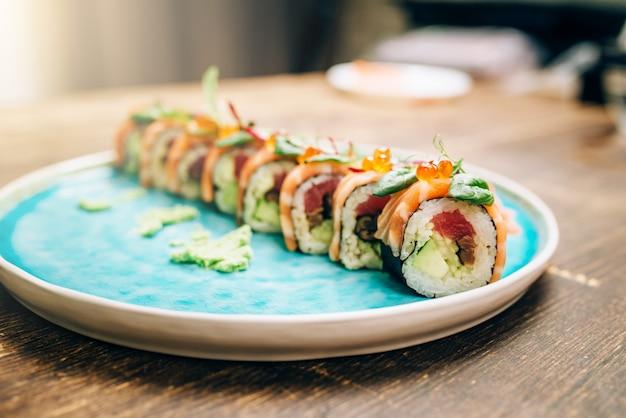 Sushibroodjes met zalmvissen op plaatclose-up.
