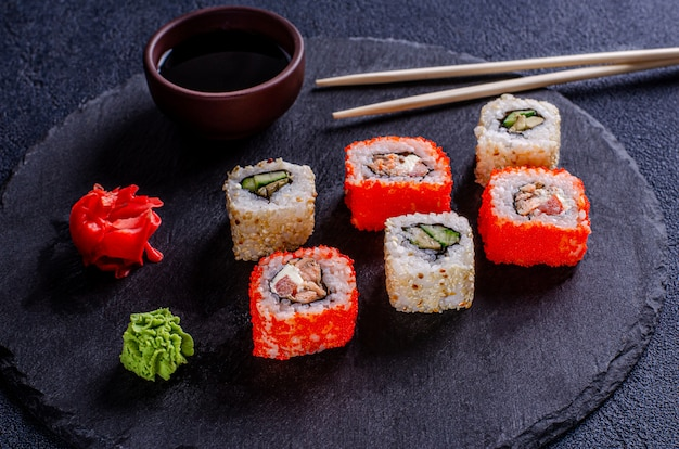 Sushibroodjes op een donkere achtergrond