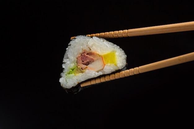 Sushiclose-up, japans voedsel op zwarte