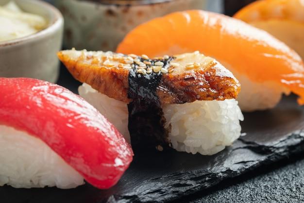 Sushireeks van zalm, tonijn en gerookte paling.