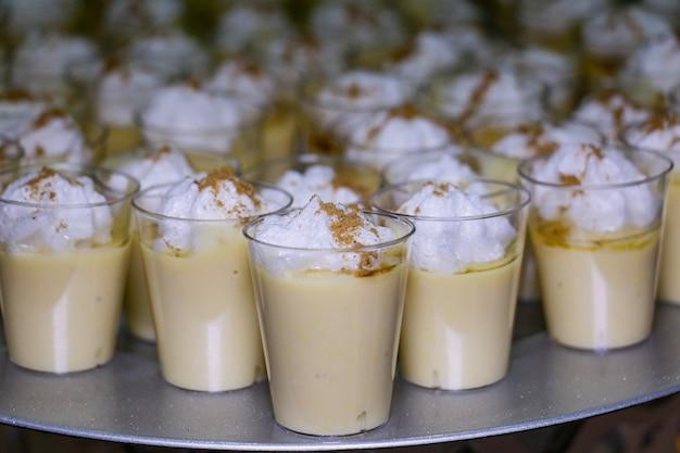 Suspiro a la limea peruaans dessert voorgrond