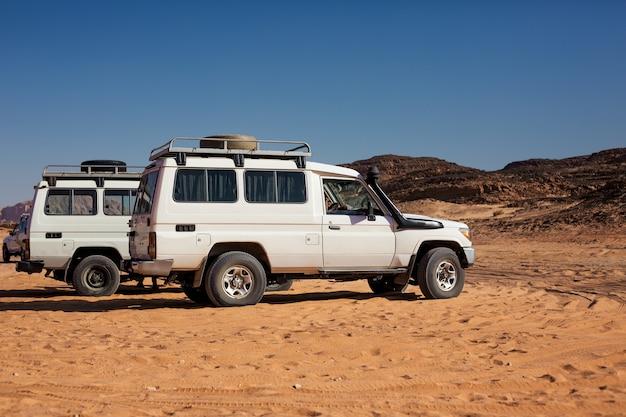 Suv-auto-expeditie in een steenwoestijn van egypte. berglandschap met offroad-voertuig.