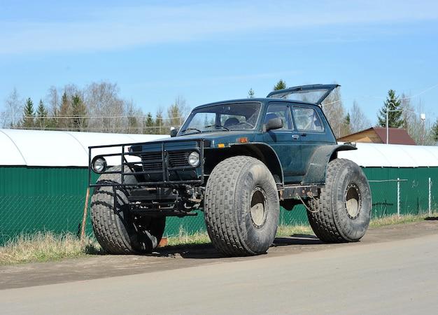 Suv merk niva voertuig met grote wielen, st. petersburg, rusland.