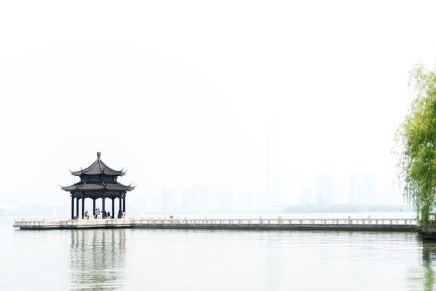 Suzhou jinji lake oude paviljoen en lange brug