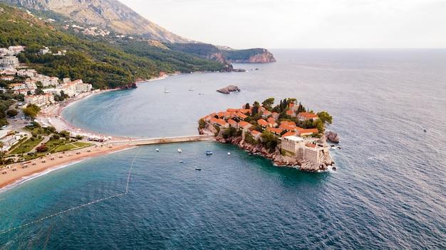 Sveti stefan, bekijk vanuit de lucht het eilandhotel, montenegro