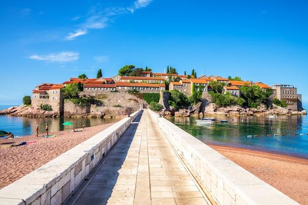 Sveti stefan-eiland, uitzicht vanaf het strand naar de ingang, budva riviera, montenegro.