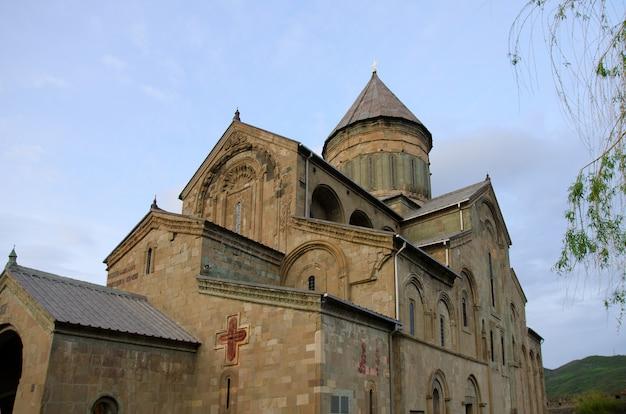 Svetitskhoveli-kathedraal, mtskheta city, late namiddag. zijaanzicht, horizontaal
