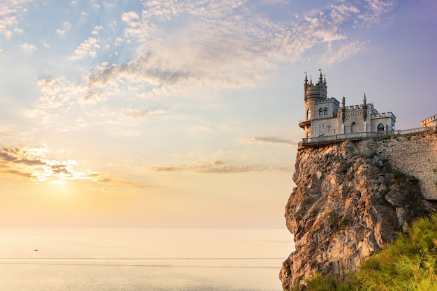 Swallow nest castle op de berg, zonsondergang, de krim.