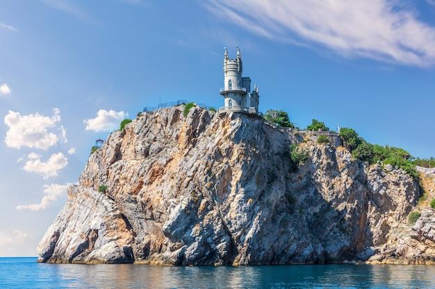 Swallow's nest-kasteel op de krim, uitzicht vanaf de zwarte zee.