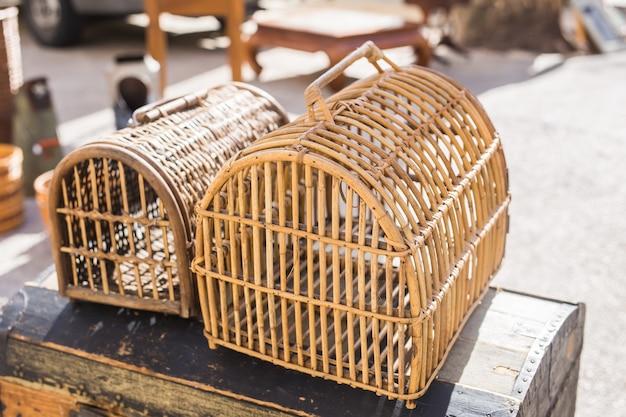 Swap meet and vlooienmarkt concept - een vintage dierendragers.