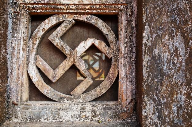 Swastika. stenen venster van de heilige tempel