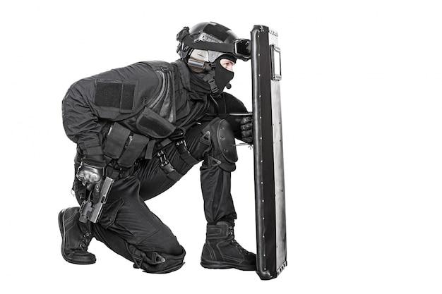 Swat-officier met ballistisch schild