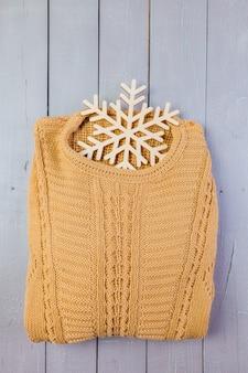 Sweater op houten