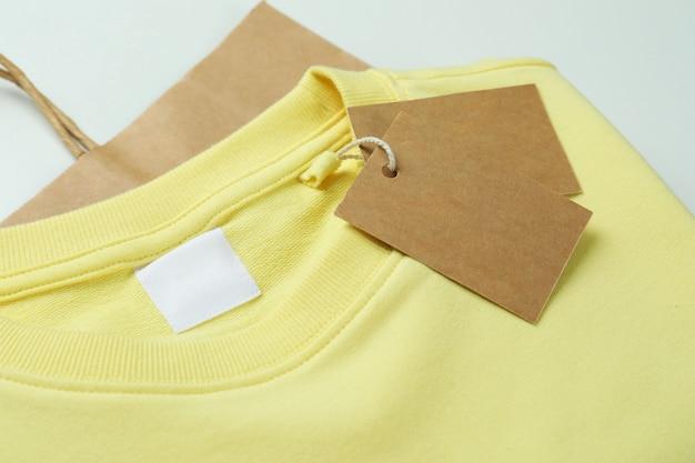 Sweatshirt met markeringen en tas op wit