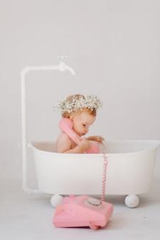 Sweet babymeisje in de badkamer