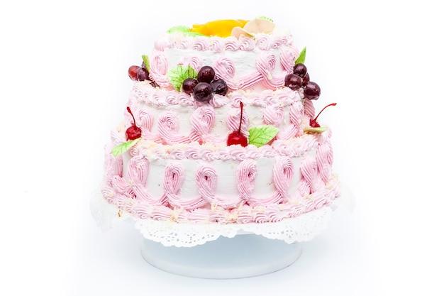 Sweet cake dessert met kersen op geïsoleerde witte achtergrond.
