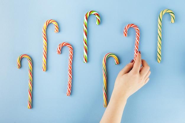 Sweet candy canes op blauw. plat leggen. bovenaanzicht.