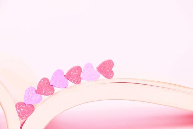 Sweet mini hartjes in pastel kleur op een boek