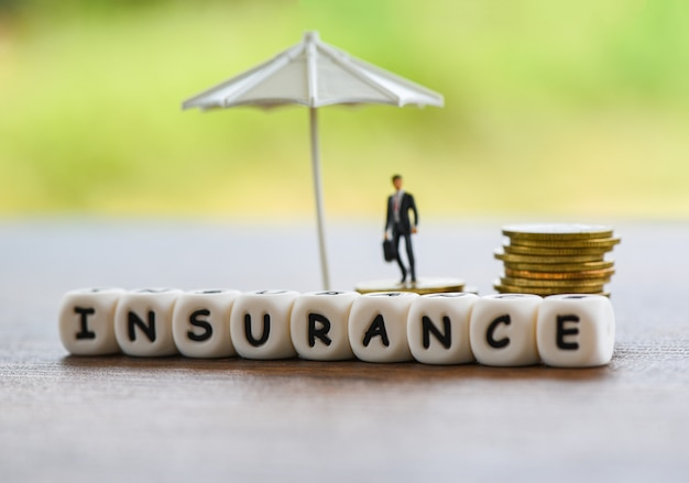 Swhite paraplu die gouden muntveiligheid en zakenman beschermt