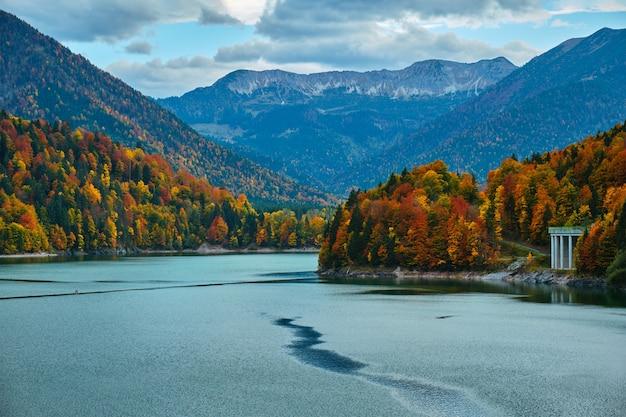 Sylvensteinsee-meermening van sylvensteinsee-dam in beieren, duitsland